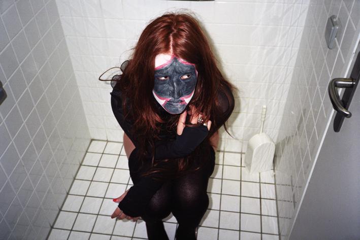 http://www.dennisduijnhouwer.com/files/gimgs/83_winnie-toilet02b.jpg